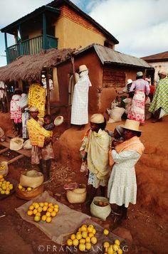 Market scene, Ambalamanarana, Central Madagascar Franz Lanting