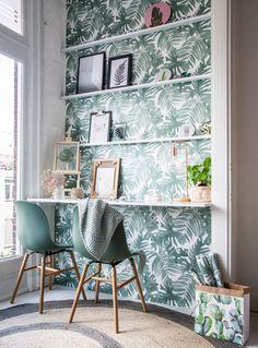Heb jij een nis in huis maar weet je niet hoe je een mooie invulling aan deze ruimte geeft? Een nis leent zich perfect voor een opvallende print of kleur, zonder dat het binnen meteen te bont wordt. Libelle's styliste Marit laat je zien hoe je van een saaie nis een frisse werkplek maakt met behulp van wat fotoplanken en behang met een botanische print! #behang #kwantum #creatiefmetkwantum #libelle #werkplek #werkplekinhuis #zelfmaken #diy #botanisch