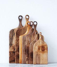 Collection de planches à découper. Les noeuds du bois sont fascinants.