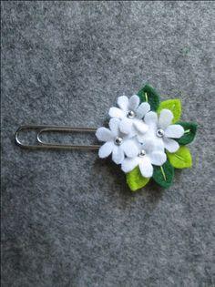Graffetta con 'Bouquet' di fiori, perline argentate e foglie; Clip con fiori; Segnalibro in feltro; Planner accessories; Regalo per lettori. di TinyFeltHeart su Etsy