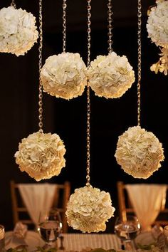 Hanging flowers l wedding ideas l wedding decor Wedding Events, Wedding Reception, Our Wedding, Dream Wedding, Weddings, Wedding Dinner, Decor Wedding, Trendy Wedding, Wedding Table