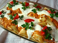 Hortobágyi húsos palacsinta -Hungarian Crepes filled with chicken and topped w/ paprika & sour cream sauce. (webpage needs to be translated - right click) Austrian Recipes, Croatian Recipes, Hungarian Recipes, Hungarian Cuisine, Hungarian Food, Crepes Filling, Great Recipes, Favorite Recipes, Savory Crepes