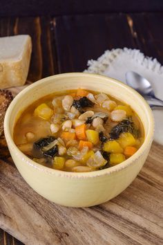 Tuscan bean soup imparts a lot of the ingredients often used in Tuscan cooking, olive oil, cannellini beans, Tuscan kale and garlic. So healthy and so comforting, a complete meal in a bowl. Soup Recipes, Vegetarian Recipes, Dinner Recipes, Cooking Recipes, Healthy Recipes, Easy Recipes, Healthy Soups, Sweets Recipes, Chili Recipes