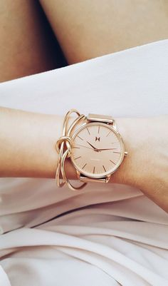 Hermosa Rose gold errythang Move over diamonds, because the Hermosa watch from MVMT is a girl's new best friend! Accessorize your favorite outfits with this stunning timepiece today. Bracelet Cuir, Bangle Bracelets, Bangles, Bracelet Watch, Mvmt Watches, Watches For Men, Wrist Watches, Woman Watches, Gold Watches Women