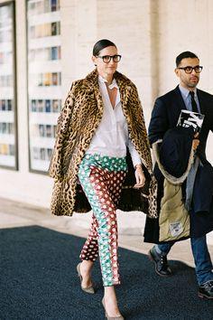 Some gorgeous style inspiration featuring prints & patterns … all shot by one of my fav street style photographers … Aussie girl Vanessa Jackman. Donatella Versace, Jenna Lyons, Pantalon Cigarette, Bcbg, Vanessa Jackman, Vetement Fashion, Mixing Prints, Looks Style, Mode Inspiration