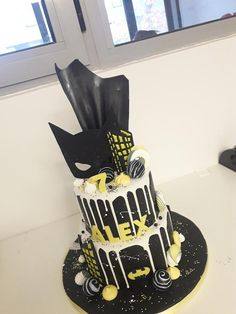 batman cake Sailor Cake, Golden Cake, Alice In Wonderland Cakes, Themed Cakes, Little Boys, Cake Decorating, Wedding Cakes, Batman, Birthday Cake