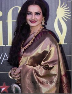 Rekha Photos - Bollywood actress Rekha poses at the IIFA green carpet event at the 2012 International India Film Academy Awards at the Singapore Indoor Stadium on June 2012 in Singapore. Rekha Actress, Bollywood Actress, Kerala Saree, Indian Sarees, Pakistani Dresses, Bollywood Celebrities, Bollywood Fashion, Beauty Full Girl, Beauty Women