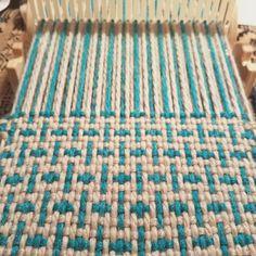 Weaving Loom Diy, Weaving Art, Tapestry Weaving, Hand Weaving, Loom Knitting Patterns, Weaving Patterns, Knitting Tutorials, Free Knitting, Stitch Patterns
