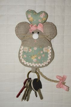Momentos de Costura: Neceser Mouse Crafts, Felt Crafts, Diy And Crafts, Cute Sewing Projects, Sewing Crafts, Bazaar Ideas, Key Covers, Tiny Treasures, Ribbon Work