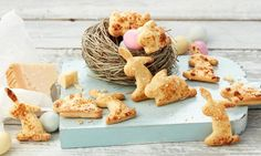 Käsehasen cute biscuit hops done quickly and easily with grated Parmesan for the Easter brunch Rice Recipes, Raw Food Recipes, Fiber Rich Fruits, Milk Dessert, Healthy Body Weight, Raw Vegetables, Easter Brunch, Easter Food, Food Staples