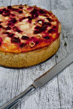 Een lekkere rode bieten quiche met ui, appel en feta kaas. Speciaal met een slanke bodem zonder roomboter!