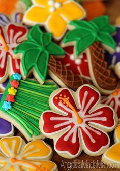 Completa la decoración de tu fiesta temática luau con esta idea. Utiliza comida y fruta para crear una mesa de colores exóticos. #fiesta #hawaiana