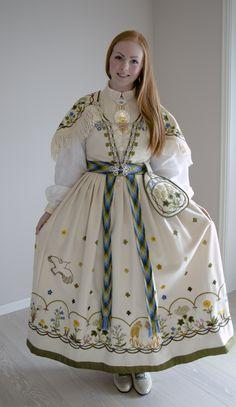 Jærbunaden Veslemøy - broderipakke - Jærsølv og Bunader AS Traditional Fashion, Traditional Dresses, Culture Clothing, Adventure Outfit, Folk Costume, Historical Clothing, Costume Design, Aesthetic Clothes, Vintage Outfits