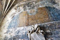"""St. Trophime Church in Arles, France. Durante la rivoluzione francese le chiese furono trasformate in """"templi della ragione """". Questa sbidita pittura del 1789 è uno dei pochi segni tangibili dello stratificarsi della storia: un triangolo con all'interno un raggio di sole celebra la ragione e non la religione"""