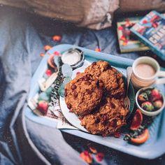 Des cookies bien dodus avec plein de chocolat noir et de beurre de cacahuètes ... juste un ... ou deux ... à vous de voir mais ils sont juste parfaits ! Pour 15 cookies 🍪 • 85 g de sucre roux • 20 g de cacao en poudre • 100 g de beurre de cacahuètes avec éclats Dessert, Veggies, Peanut Butter, Vegetarian Cooking, Recipe, Vegetable Recipes, Deserts, Vegetables, Postres