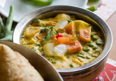 Need an easy, quick vegan dinner done in 30 minutes. Try these vegan coconut vegetable curry! One Pot Vegetarian, Vegetarian Recipes Dinner, Soup Recipes, Dinner Recipes, Fall Recipes, Vegan Recipes, Coconut Vegetable Curry, Chickpea Coconut Curry, Naan