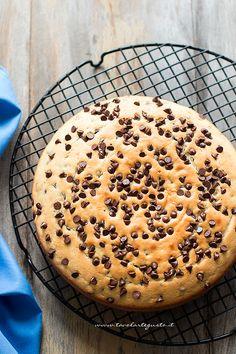 Torta morbida con gocce di cioccolato appena sfornata - Ricetta Torta con gocce di cioccolato