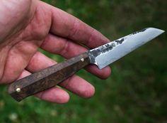 une petit couteau de cuisine. lame en sandwich 3 couches , 145Cr2 et XC10 longueur : 86mm épaisseur : 1,9mm hauteur : 24mm manche en loupe de noyer...