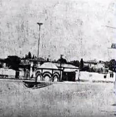 Buca Dokuzçeşmeler meydanı ve 1863'te Sultan Abdülaziz'in Buca'yı ziyareti şerefine yaptırılan Dokuzçeşmeler. Atlara meraklı Sultan Abdülaziz, Mısır'a yaptığı geziden dönüşünde İzmir'e uğramış ve 24 Nisan 1863'te Buca'ya gelerek at yarışlarını seyretmiştir. Buca'da Dimonstanis Baltacı adlı Rum ailesinin malikanesinde kalmıştır.