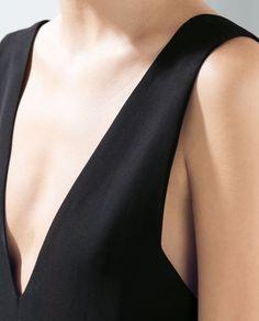 COMBINAISON ENCOLURE EN V PLISSÉE de Zara