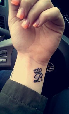 Letter B Tattoo - Find Tattoos Online Mommy Tattoos, Jj Tattoos, Body Art Tattoos, Sleeve Tattoos, Last Name Tattoos, Couples Hand Tattoos, Name Tattoos On Wrist, Wrist Tattoos Quotes, Couple Name Tattoos