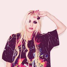 Taylor momsen, the shirt yeeeeeees