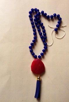 Collar en azul con piedra semipreciosa y pompon