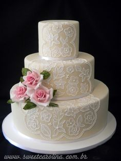 """Renda e rosas de acucar para esse red velvet cake - Sweet Carolina """"The art of Cake"""""""
