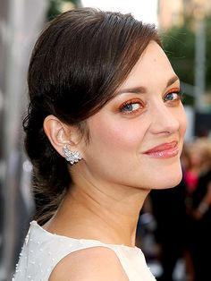 Marion Cotillard contrasts her pale complexion by wearing tangerine tango shadow on her lids, but also under her bottom row of lashes.