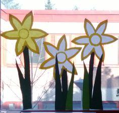 Kukka on iso, A3 paperin kokoinen, lopuksi liimattiin tuo keskusta ja sitä hiukan muotoiltiin ulkoreunoista.