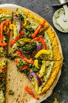Plant-based pizza made with a butternut squash crust topped with hummus and roasted veggies. Perfect for a healthy pizza night to share! Pesto Hummus, Kale Pesto, Pesto Pizza, Crust Pizza, Butternut Squash Pizza Recipe, Gluten Free Graham Crackers, Vegan Parmesan, Healthy Pizza, Peanut Butter Banana