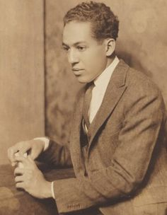 Harlem Renaissance intellectual and jazz poetry pioneer Langston Hughes Boris Vian, Langston Hughes, Afro, Vintage Black Glamour, Vintage Men, African American Culture, Most Popular Books, Writers And Poets, American Poets