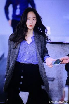 1ee84f71fda7 161108 f(Krystal)   Gimpo Airport (to Tokyo for a Tod s Event)