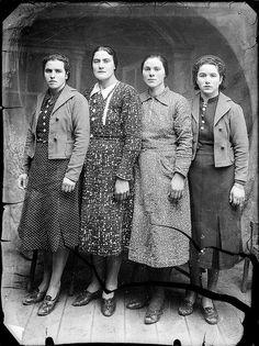 Romania, 1914/45, photo: Costică Acsinte (1897-1984) 1940s Fashion Women, Retro Fashion, Vintage Fashion, Fashion Fashion, Vintage Photographs, Vintage Photos, Roaring 20s Fashion, Old Portraits, 20th Century Fashion