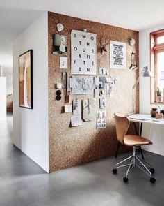 Una parete-bacheca in sughero. Bellissima e funzionale, perfetta per un angolo ufficio