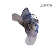 Tocado de madrina en crin plata y sinamay azul adornado con una flor en gasa en tonos grises. Fácil de combinar, elegante, sencillo y con mucho glamour #nilatarancodesign #madrinas #lookdeboda #tocadosparabodas #handmade #fascinators #alquilerdetocados #tocadosmadrid