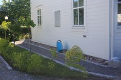Gång längs husgavel (Sävsjö trähus) hos kund. Vår design, ej vår anläggning.