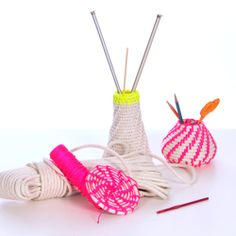 Learn to make these coiled rope baskets out of cotton clothesline and neon rope.