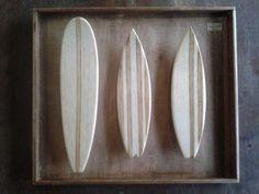 Trabalhamos com quadros de miniaturas de pranchinhas, longboard e SUP. Tudo artesanal utilizando madeira de demolição.  Fazemos personalizado também... Réplica da prancha ou com foto do surfista.    O valor do quadro com uma prancha: R$ 60,00. com duas pranchas R$ 80,00. Com três pranchas R$ 90,00. Com stand Up R$ 70,00.  Solicite orçamento para customizações.  As medidas são: Quadro com uma prancha, com duas e SUP : 19 X 30 cm. O qua...