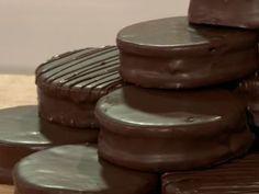 Alfajores marplatenses Bake Sale Recipes, Baking Recipes, Cookie Desserts, Dessert Recipes, Chocolates, Argentina Food, Argentina Recipes, Macarons, No Bake Treats