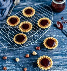 Košarice od prhkog tijesta s lješnjacima punjene karamelom. Baking Recipes, Cookie Recipes, Dessert Recipes, Desserts, Birthday Drip Cake, Magic Custard Cake, Torta Recipe, Drip Cakes, Cake Cookies