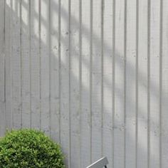 Great Totally Free Garden Fence colours Ideas Deterring animals is among the finest purposes of a fence. Take a look at some guidelines to conside White Garden Fence, Garden Fence Paint, White Fence, Garden Fencing, Side Garden, Back Gardens, Outdoor Gardens, Contemporary Garden Design, Gardens