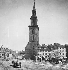 Während der Freilegung der Nordseite der Marienkirche 1886.