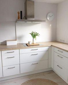Schlichte weiße Küche mit Holzarbeitsplatte – Community-Mitglied MadameFranz zeigt uns ihr Zuhause! #küche #weiß #einbauküche #schlicht #skandinavisch #interior #kitchen #COUCHstyle