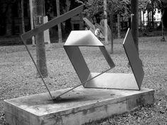 João Fay- escala tonal- Quando nós fomos ao parque da luz logo observei este monumento e notei que a luz do sol causava uma varição de cor então procurei o local onde seria mais fácil para notar esta escala tonal