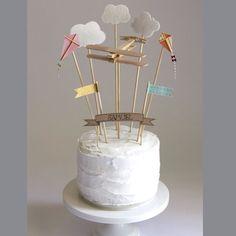 MUCHABUM INSPIRA Que graça esse topo de bolo! Avião, pipas, bandeirinhas e muitas nuvens. Lindo!