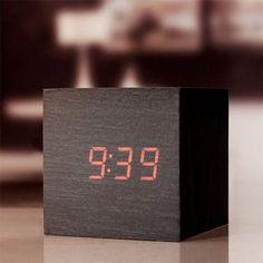 Seguimos con las ideas originales de regalos para tu novio: un cubo reloj despertador de Kikkerland.