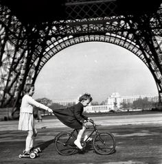Robert Doisneau: Le remorqueur du Champs de Mars, Paris, 1943 Walters smith Honore this would be such a cute picture to reenact with Cecily and Ambrose when they are older. Obviously maybe not in Paris though haha