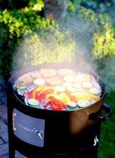 Zalm en verse groente uit de Barbecook Rookoven Outdoor Decor, Food, Red Peppers, Hoods, Meals