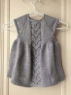 10 Besten Ravelry: Leaf Love Dress pattern by Taiga Hilliard Designs just printed the patt. Knitting For Kids, Baby Knitting Patterns, Baby Patterns, Free Knitting, Girls Knitted Dress, Knit Baby Dress, Knit Cardigan Pattern, Baby Sweaters, Baby Outfits
